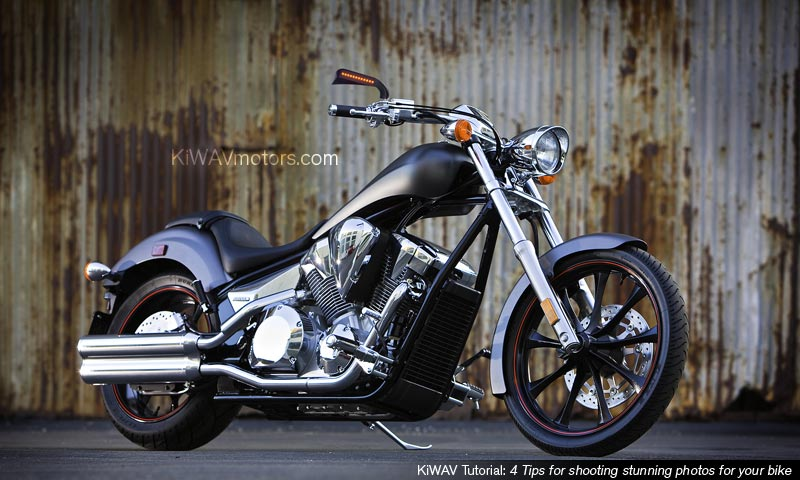KiWAV tutorial: an example of motorcycle in front of a rusted iron wall, full of texture